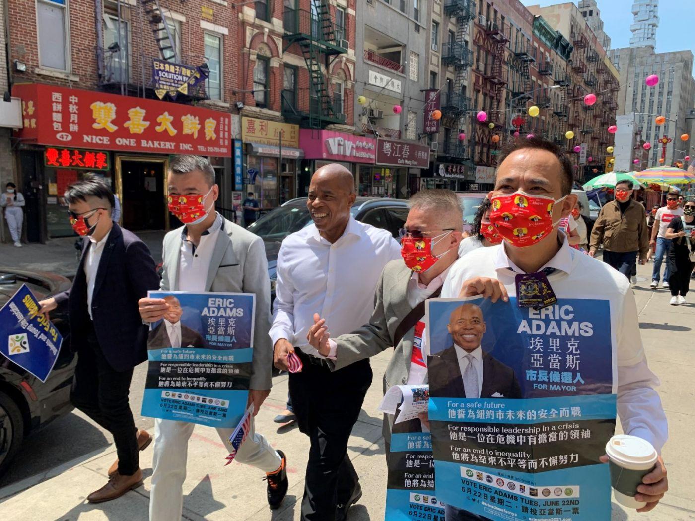 高娓娓:纽约市长竞选人亚当斯拜访唐人街社区民众_图1-13