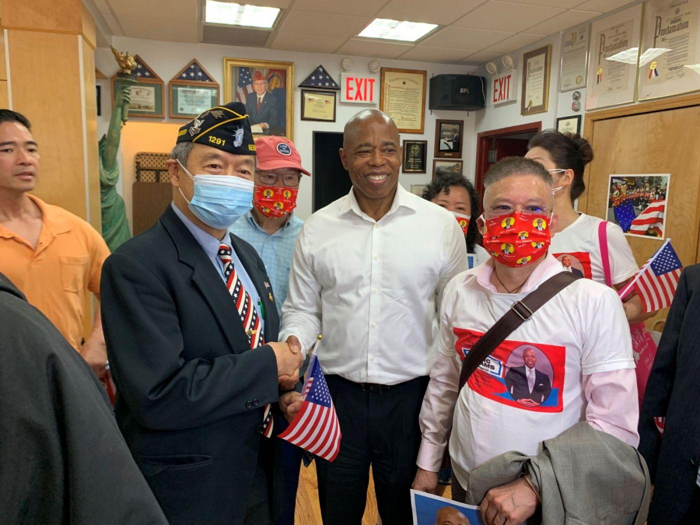 高娓娓:纽约市长竞选人亚当斯拜访唐人街社区民众_图1-14
