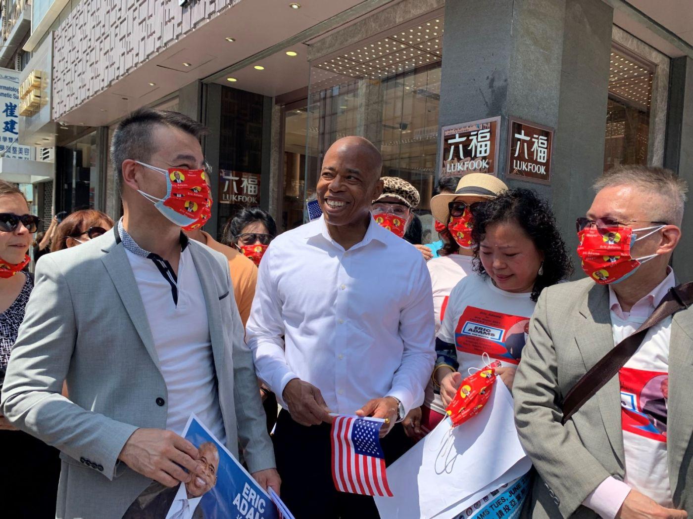 高娓娓:纽约市长竞选人亚当斯拜访唐人街社区民众_图1-17