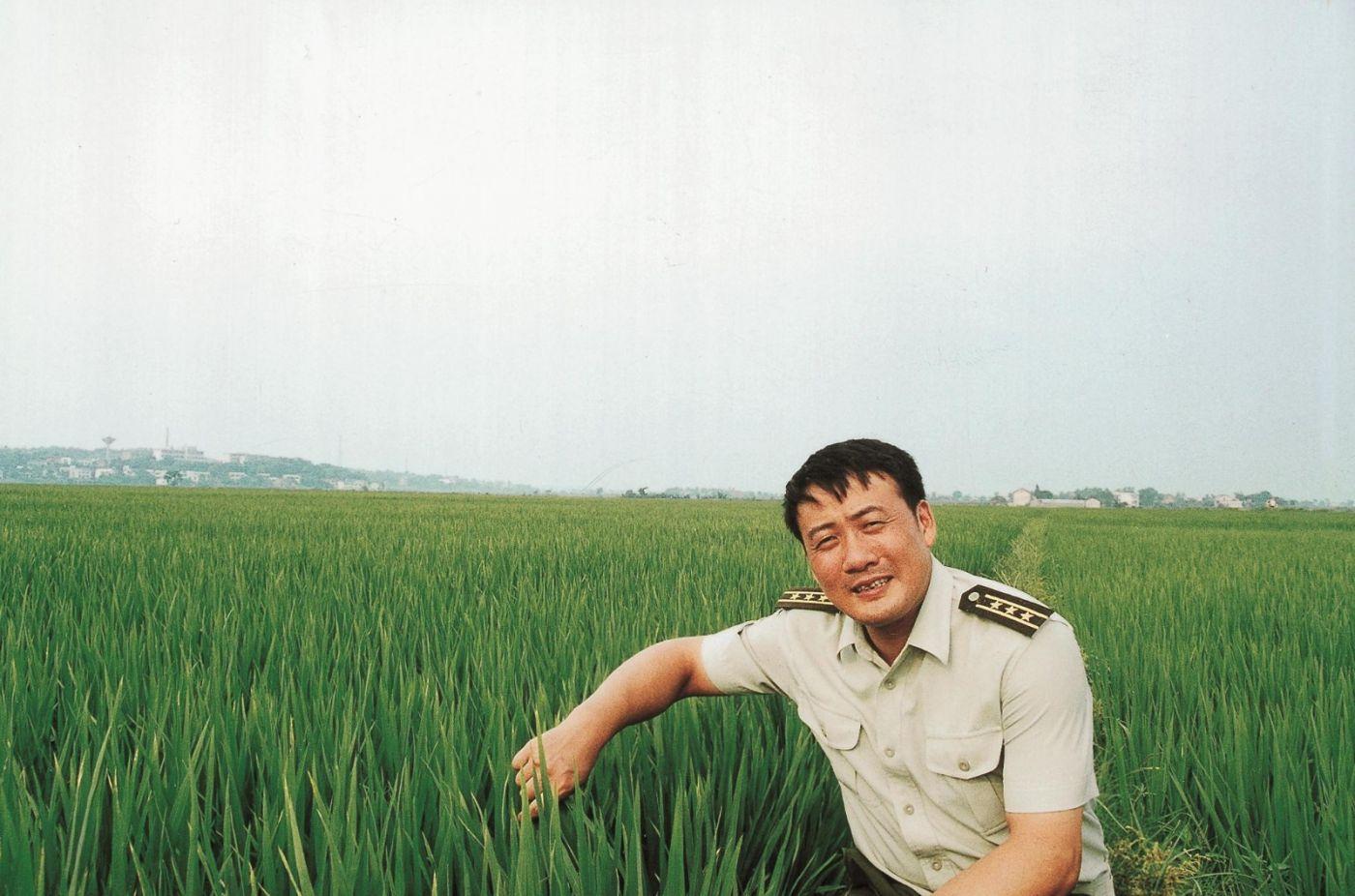 喝水不忘挖井人  吃饭不忘袁隆平_图1-2