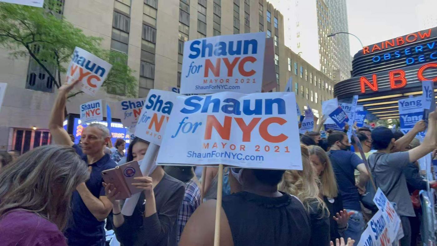 美国V视:纽约市长参选人最后一辩聚焦热点议题,场外支持热火朝天 ..._图1-7