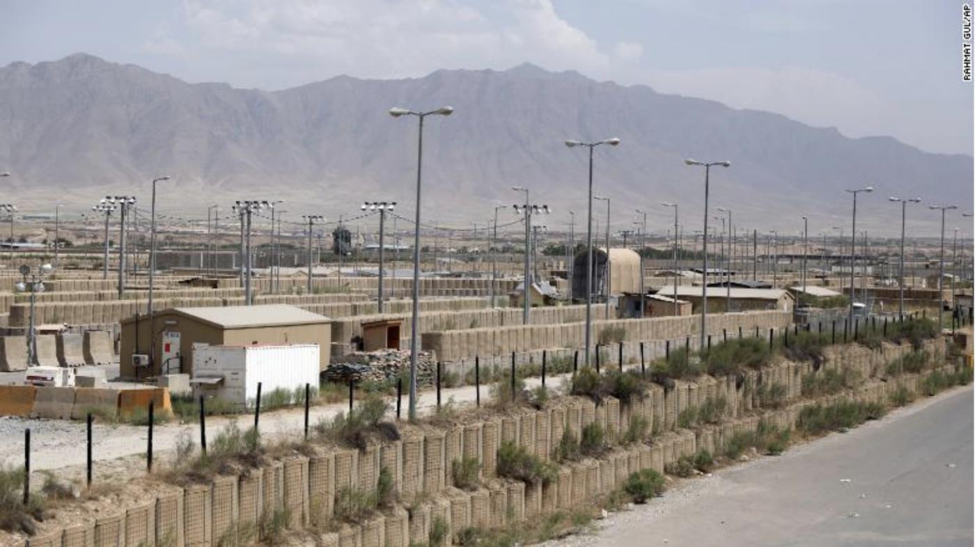 美军在一夜间撤离阿富汗某空军基地_图1-2