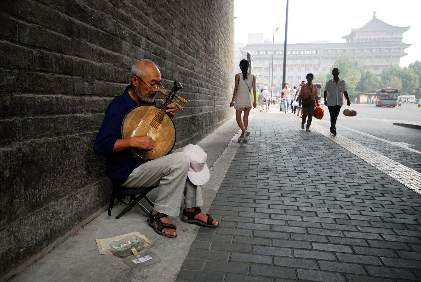 弹月琴的老人_图1-1