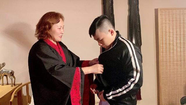 高娓娓:华人在美国被歧视针对,学武自保?地铁打跑恶霸的女柔道冠军收徒了! ..._图1-17