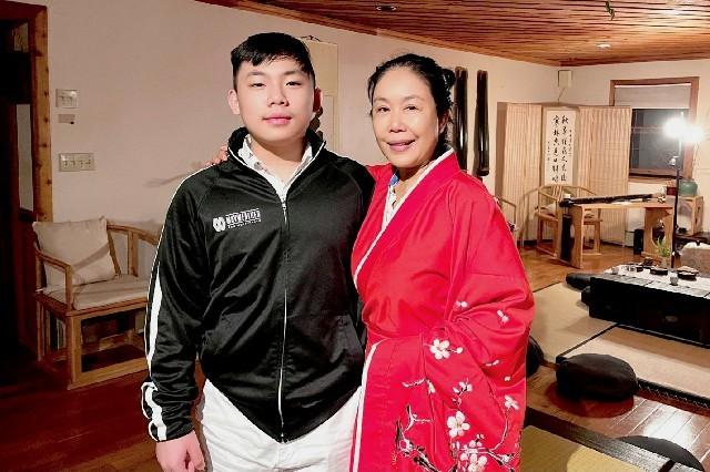 高娓娓:华人在美国被歧视针对,学武自保?地铁打跑恶霸的女柔道冠军收徒了! ..._图1-21