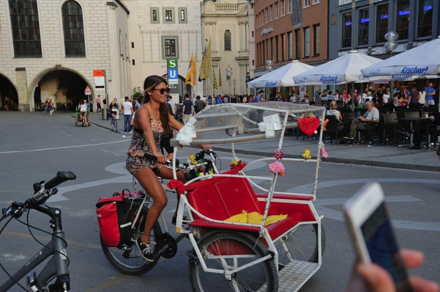 维也纳蹬三轮车的美女_图1-1