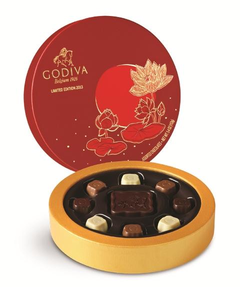 红色月饼礼盒上印有金色荷花浮雕-鲜果遇见巧克力 GODIVA的奇妙中
