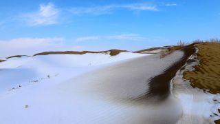 新疆塔克拉玛干大沙漠迎来降雪 好似冬日恋歌