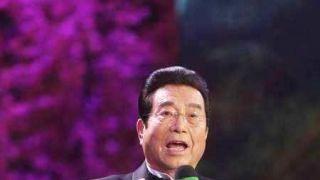 80岁李双江穿唐装为学生讲课精神矍铄