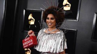 公开支持川普 女歌手穿铁丝网亮相格莱美