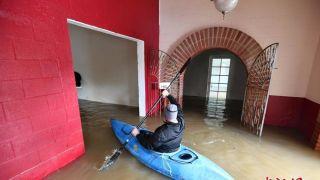 加州暴雨引发洪灾 居民屋内划船