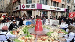 吃货福利!青海举办千人免费火锅宴 直径4米火锅四荤六素