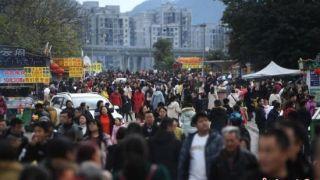 重庆洋人街景区将分段封闭 众多游客打卡留念
