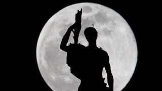 """""""超级月亮""""亮相世界各地 好想伸手盘一盘"""