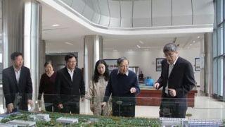 杨振宁偕夫人访问散裂中子源 问高能质子轰击啥材料产生中子