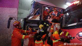 四川开往广州一52人客车高速失控撞隧道壁 已致4死多伤