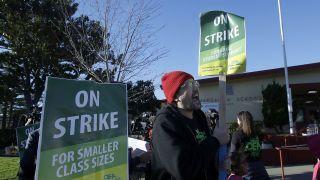 奥克兰教师罢工抗议  工资是湾区教师中最低