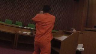 罪加一等 家暴纵火犯得知被判47年当庭暴打律师
