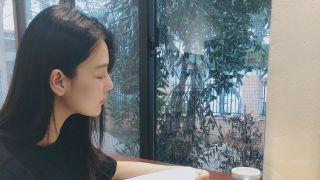 张馨予下雨天窗边阅读 偷拍何捷爱意浓