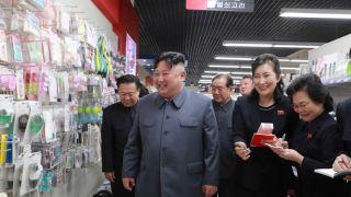 金正恩视察朝鲜百货商店笑容满面 赞商品质量高