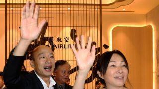 韩国瑜深夜出发赴美参访 否认国民党初选卡在他身上