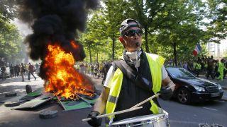 巴黎黄马甲游行爆发警民冲突,巴黎再次狼烟四起