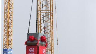 北京新建铁路丰台站第一根钢柱开始吊装 为京港台高铁枢纽站