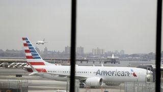 美联航客机降落波士顿后 13名乘客送医治疗