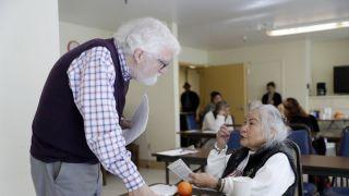 美国老年人不退休继续工作成趋势?比1985年翻一番