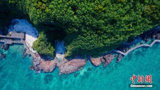 中国最年轻火山岛碧如翡翠美不胜收