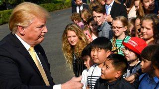 """""""带孩子上班日"""" 白宫举行儿童模拟记者会"""