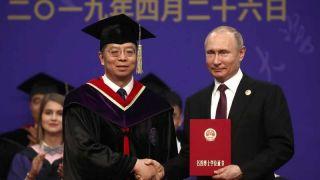 习近平出席清华大学向普京授予名誉博士学位仪式