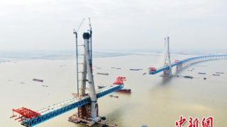 中国公铁两用斜拉桥沪通长江大桥南主塔突破300米