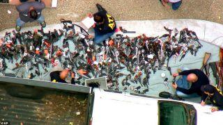 警察称从业逾30年未见如此多武器,洛杉矶豪宅搜出上千把枪支!
