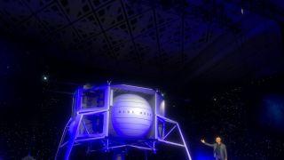 """向月球进军!世界首富贝佐斯公布其""""蓝色月球""""登陆飞船"""