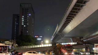 杭州闹市区一货车与人行天桥相撞 导致天桥垮塌