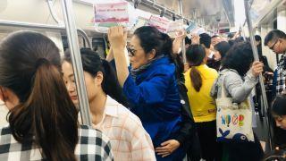 60岁倪萍长沙挤地铁 朋友一旁扶腰防摔倒