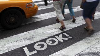 纽约推立法,过马路玩手机或将吃罚单