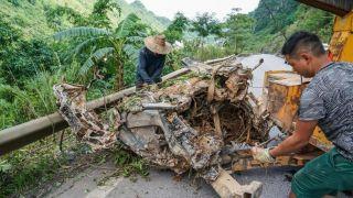 广西凌云山洪致12人失联 落水车辆扭曲成团