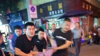 重庆致4死车祸肇事者见人就撞 警察砸窗将其拉出车