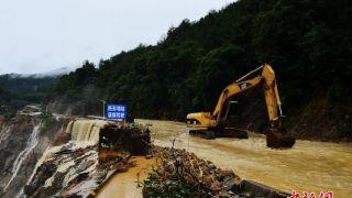 持续强降雨 江西会昌公路被洪水冲毁
