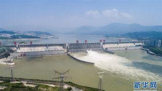 长江防洪形势严峻 三峡大坝开闸泄洪