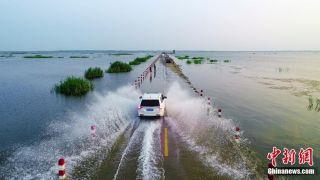 """鄱阳湖水位上涨 江西九江""""水上公路""""再现水天一色美景"""