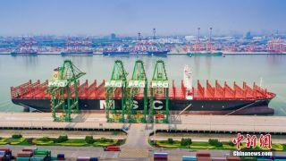 世界载箱量最大集装箱船在天津港首航