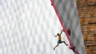 """攀岩选手西藏拉萨挑战""""岩壁芭蕾"""""""