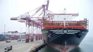 世界载箱量最大集装箱船首次抵达青岛港