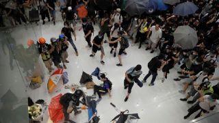 香港抗议者再包围商场 林郑强烈谴责周日示威者暴力袭警