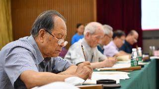 中国这所高校坚持13年 请老教授手写高考录取通知书
