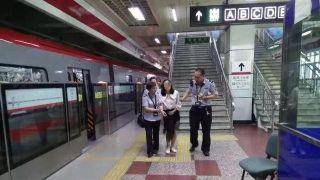 北京这个地铁站,一上午热晕10名乘客