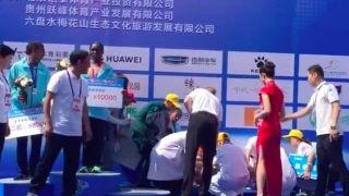 寒心一幕!马拉松赛季军晕倒在颁奖台 仪式却照常进行
